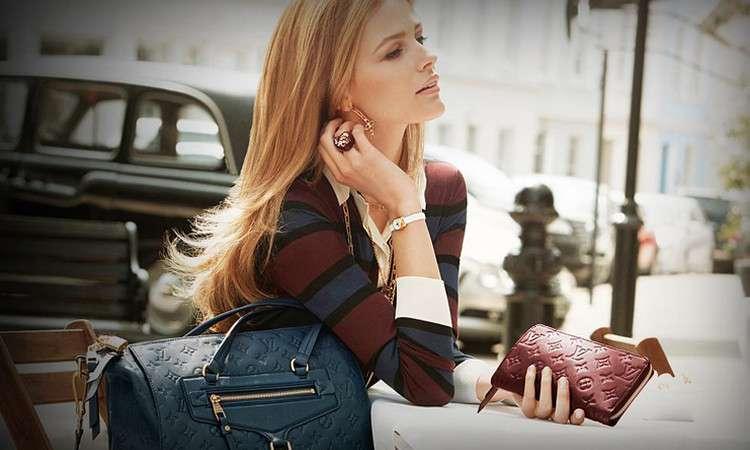 Девушка держит кошелёк